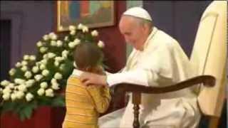 الطفلا لذي سرق الانظار من بابا الفاتيكان فرانسيسي الاول